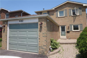682 Sultana Sq, Pickering