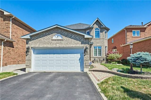 8 Winterberry Dr, Whitby